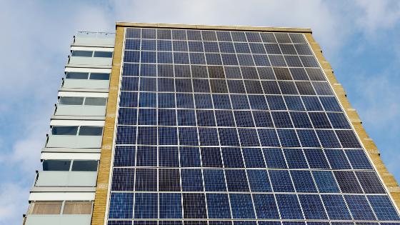 Edificio con placas solares